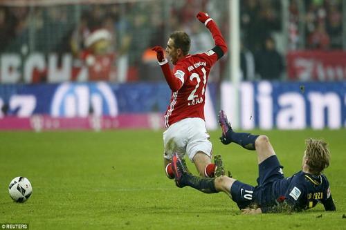 Emil Forsberg nhận thẻ đỏ do lỗi truy cản với Philipp Lahm