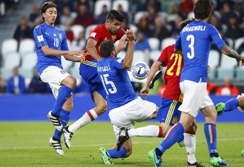 Diego Costa xông xáo trước hàng thủ Ý