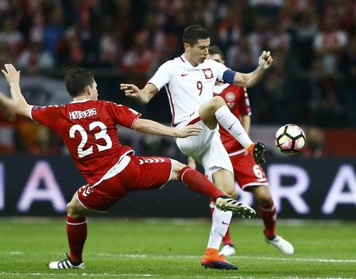 Lewandowski lập hat-trick, Ba Lan vượt qua Đan Mạch