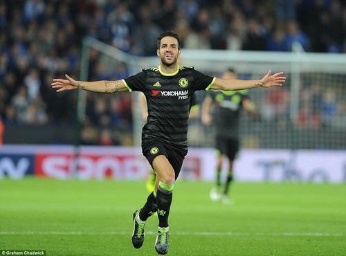 Fabregas lập cú đúp trong 2 phút, nhấn chìm Leicester