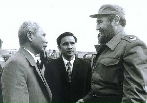 Ông Nguyễn Đình Bin phiên dịch cuộc gặp giữa ông Fidel và Thủ tướng Phạm Văn Đồng vào tháng 3-1974. Ảnh tư liệu