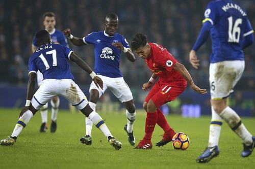 Firmino trong vòng vây các hậu vệ Everton