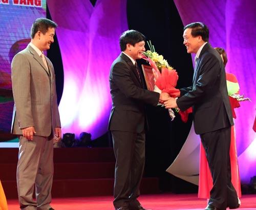 Ông Nguyễn Hòa Bình, Chánh án TAND Tối cao, trao tặng hoa cho Chủ tịch Tổng LĐLĐ Việt Nam Bùi Văn Cường
