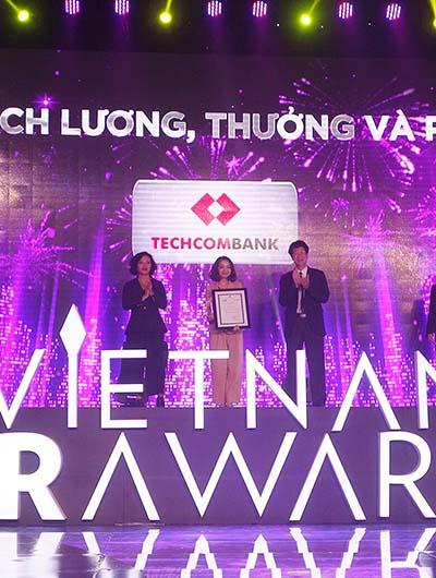 Bà Phạm Vũ Minh Đan - Giám đốc Khối Quản trị Nguồn nhân lực của Techcombank nhận giải tại HR Awards 2016