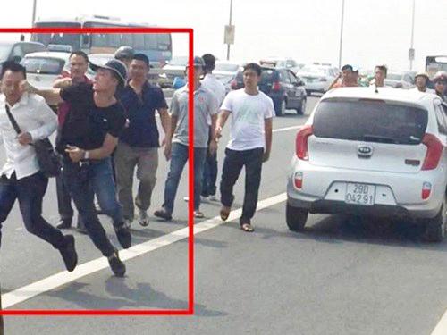 Hình ảnh mà Công an Hà Nội cho rằng cảnh sát hình sự Công an huyện Đông Anh gạt tay trúng má phóng viên Quang Thế - Ảnh cắt từ clip