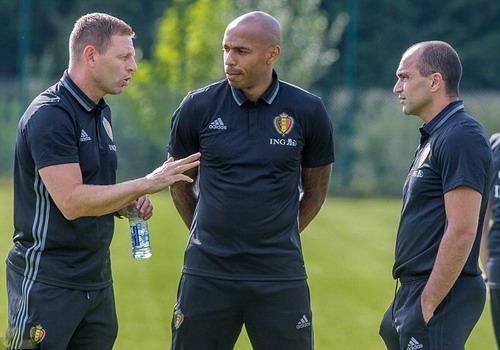 HLV trưởng Roberto Martinez (phải) trao đổi với các trợ lý, gồm cả Thierry Henry