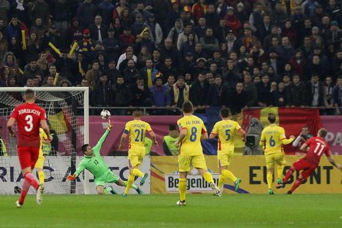Grosicki (11) ghi bàn mở tỉ số đầu trận