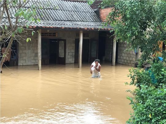 Người dân huyện Cam Lộ, tỉnh Quảng Trị di dời tài sản tránh lũ Ảnh: HÀ GIANG
