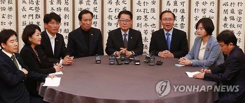 Các quan chức thuộc 3 đảng đối lập Hàn Quốc họp tại trụ sở quốc hội ở Seoul ngày 2-11.Ảnh: YONHAP NEWS