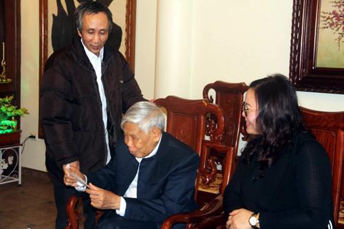 Ông Hàn Đức Long (đứng) bày tỏ sự cảm ơn sâu sắc nguyên Tổng Bí thư Lê Khả Phiêu - Ảnh: Phapluatplus