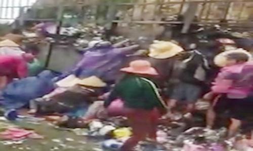 Hàng chục người lao vào hôi của sau khi chiếc xe tải chở hàng bị cháy