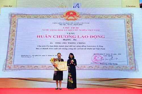 Leg - Bà Ting Fei Tsong Ching - Chủ tịch Ủy ban Điều hành Quỹ Hỗ trợ Cộng đồng Lawrence S. Ting vinh dự nhận Huân chương Lao động hạng 3