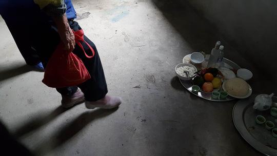 Nhiều dấu giày lạ trong gian bếp, nơi bà Nguyễn Thị Hát và 2 cháu ngoại bị sát hại dã man