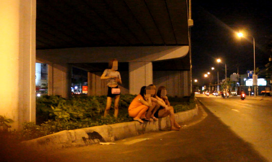 Những cô gái bán dâm đứng tại khu vực cầu vượt Amata, TP Biên Hòa. Ảnh do phóng viên Báo Người Lao Động chụp vào giữa tháng 10