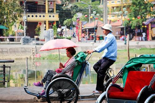Du khách dạo phố cổ Hội An bằng xích lô