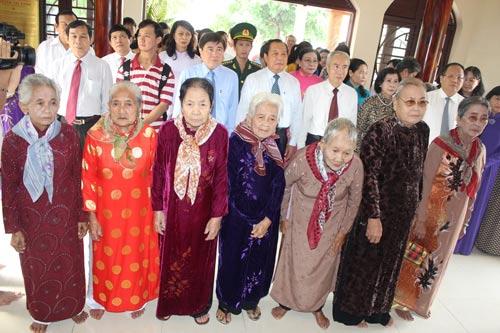 Lãnh đạo TP HCM cùng các mẹ Việt Nam anh hùng tại Khu Tưởng niệm mẹ Nguyễn Thị Rành