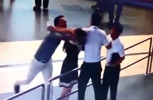 Hình ảnh 2 nam hành khách giữ và đánh nữ nhân viên hàng không tại sân bay Nội Bài-Ảnh cắt từ clip