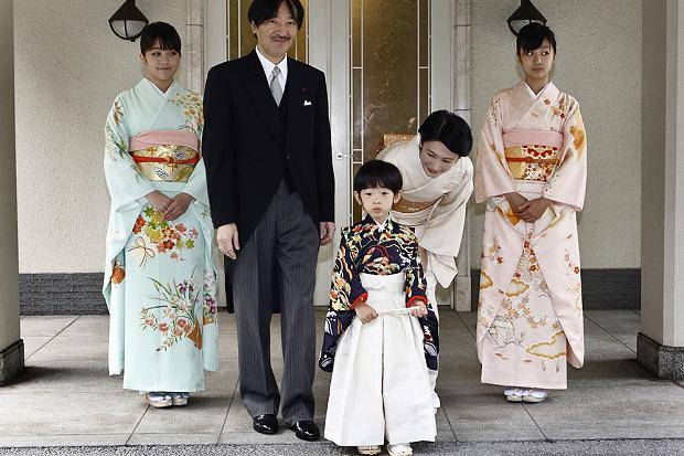 Hoàng tử bé Hisahito cùng cha mẹ và hai chị. Ảnh: AP