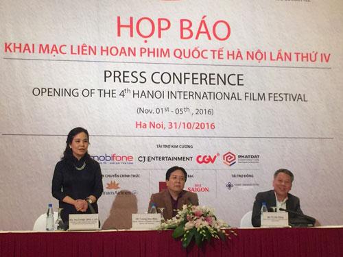 Bà Ngô Phương Lan, Cục trưởng Cục Điện ảnh, phát biểu trong họp báo chiều 31-10 tại Hà Nội trước ngày liên hoan khai mạc