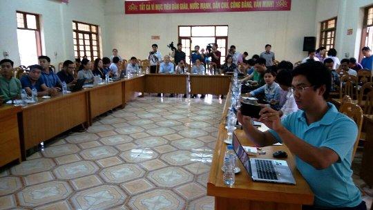 Các phóng viên chờ đợi buổi họp báo