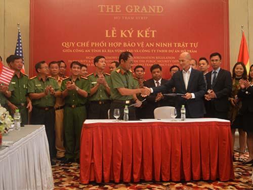 Đại diện The Grand Hồ Tràm Strip và Công an tỉnh Bà Rịa - Vũng Tàu ký biên bản ghi nhớ