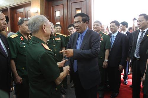 Thủ tướng Campuchia Hun Sen thăm các cựu chiến binh quân tình nguyện Việt Nam Ảnh: Hoàng Triều