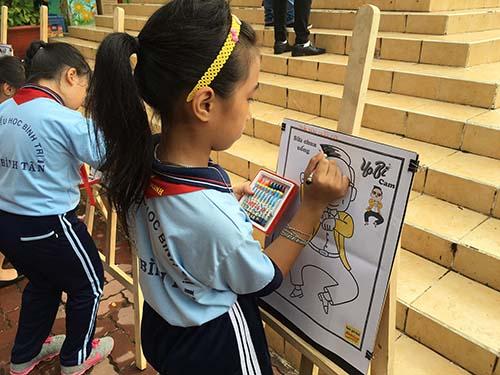 Các bé đang chăm chú vẽ Yobi