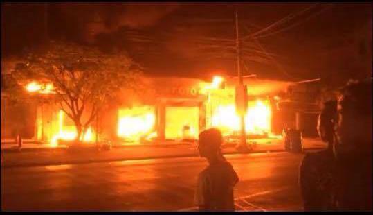 Vụ cháy lớn troing đêm ở thị trấn Mạo Khê gây nhiều thiệt hai về tài sản - Ảnh cắt từ clip