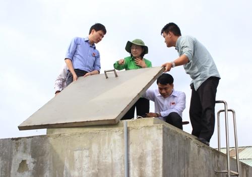Bà Trương Thị Ánh, Phó Chủ tịch HĐND TP HCM kiểm tra một trạm cấp nước ở huyện Củ Chi