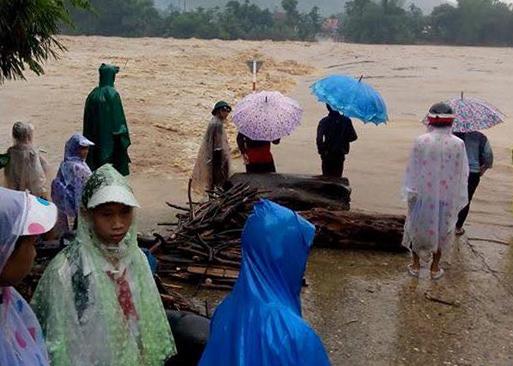 Lũ nhấn chìm cầu sông Rin (thị trấn Di Lăng, huyện Sơn Hà, tỉnh Quảng Ngãi) chiều 15-12. Ảnh: CTV