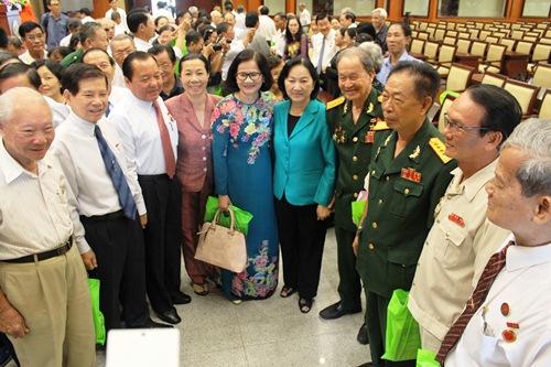 Các đại biểu chụp hình lưu niệm tại buổi họp mặt. Ảnh: Bảo Nghi