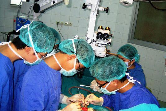 Các bác sĩ tiến hành ca phẫu thuật nối lại của quý cho nam thanh niên - Ảnh do bác sĩ cung cấp