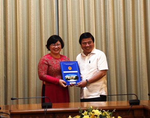Chủ tịch UBND TP Nguyễn Thành Phong trao quyết định điều động cho bà Văn Thị Bạch Tuyết. Ảnh: Bảo Nghi