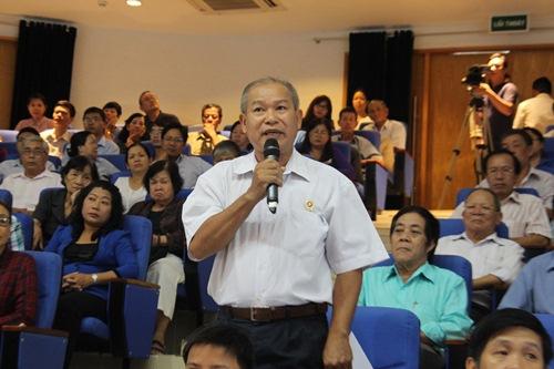 Ông Nguyễn Xuân Minh bức xúc về việc UBND quận 3 bán nhà nhưng không bán cầu thang.... Ảnh: Bảo Ngọc