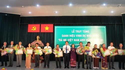 Lãnh đạo TP HCM trao danh hiệu Bà Mẹ Việt Nam Anh hùng cho gia đinh các Mẹ. Ảnh: Bảo Ngọc