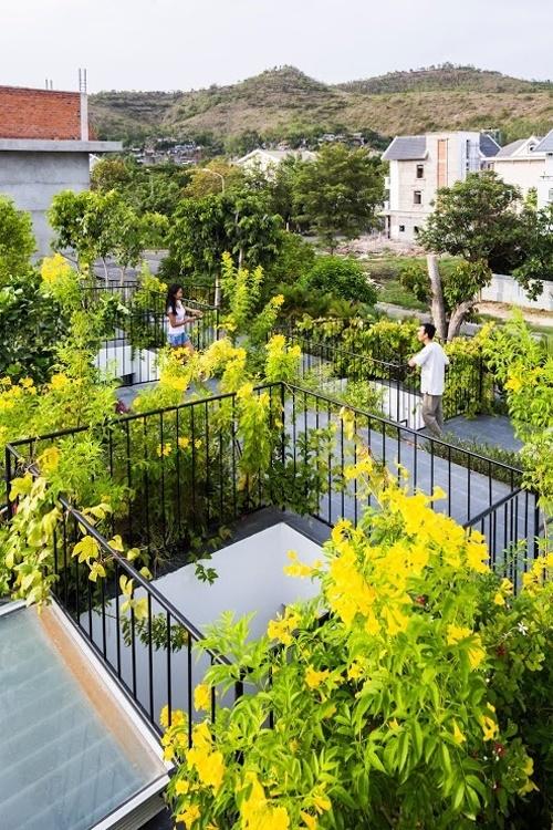 Do nhà có diện tích lớn nên kiến trúc sư có thể quy hoạch thành những mảng cây, hoa, có lối đi lát gạch rộng rãi. Lan can có thiết kế thanh thoát, có độ cao đảm bảo an toàn.