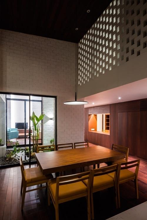 Khu vực không trồng cây phía trên sẽ có trần nhà cao, là nơi bố trí phòng khách, bàn ăn, phòng ngủ...
