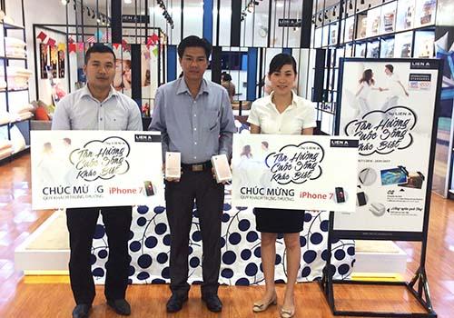 Anh Hồ Thanh Tuấn, Giám đốc kinh doanh Chi nhánh Cần Thơ, trao thưởng cho 2 khách hàng may mắn