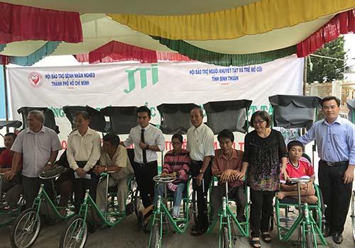 JTI tặng thẻ bảo hiểm và xe lắc cho bệnh nhân nghèo