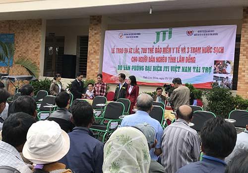 JTI Việt Nam tặng xe lăn và thẻ BHYT cho người nghèo