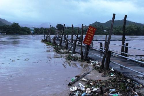 Cầu Phú Kiểng ở xã Vĩnh Ngọc, TP Nha Trang, tỉnh Khánh Hòa bị nước lũ cuốn trôi. Ảnh: Kỳ Nam