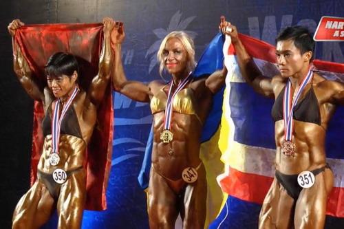 Tôn Hoàng Khánh Lan (trái) trên bục nhận huy chương hạng 55 kg