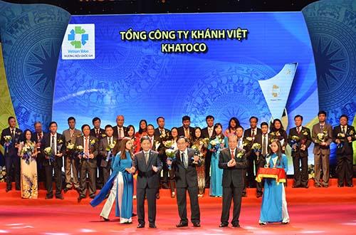 Ông Nguyễn Đình Hương, Phó Tổng Giám đốc Khatoco, nhận danh hiệu