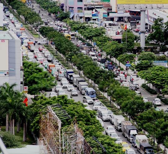 Lối vào sân bay Tân Sơn Nhất (TP HCM) luôn trong tình trạng kẹt xe, quá tải. - Ảnh: Gia Minh