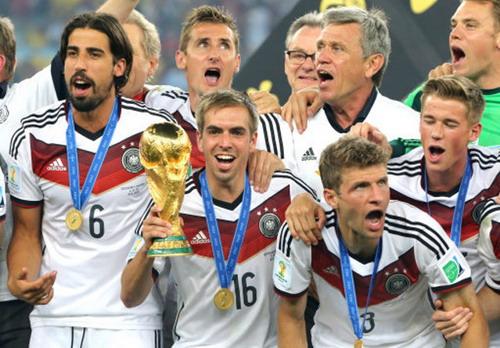 Thủ quân tuyển Đức Philipp Lahm và chiếc cúp vô địch 2014