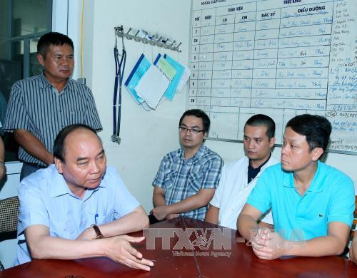 Thủ tướng Nguyễn Xuân Phúc làm việc với các y bác sĩ tại Bệnh viện đa khoa tỉnh Yên Bái