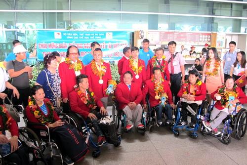 Lễ đón được tổ chức gọn nhẹ nhưng trang trọng tại sảnh sân bay Tân Sơn Nhất