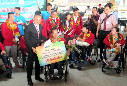 Công ty Vietravel trao thưởng cho Lê Văn Công
