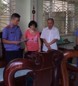 Thực hiện lệnh bắt ông Châu Tùng Chinh. Ảnh: Thanh Mai