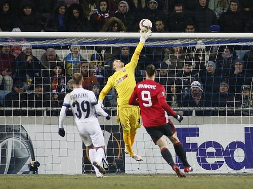 Thủ môn Levchenko vất vả trước các chân sút Man United